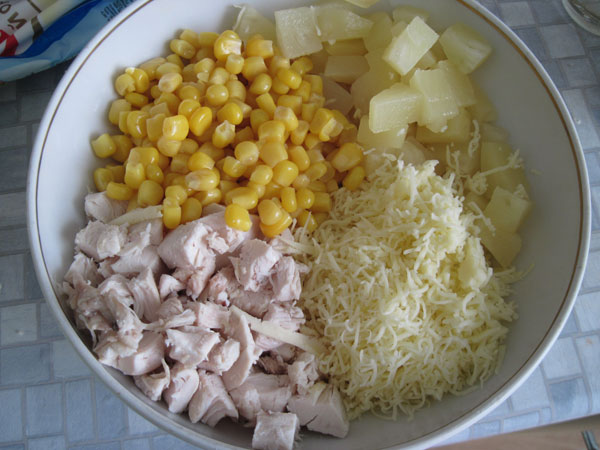 По желанию готовый салат с курицей сверху можно украсить колечками ананаса или рубленой зеленью.