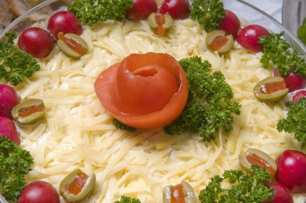 украшение салатов помидорами