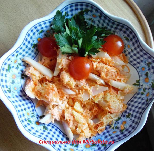 Салат с зеленой редькой, сыром и морковью