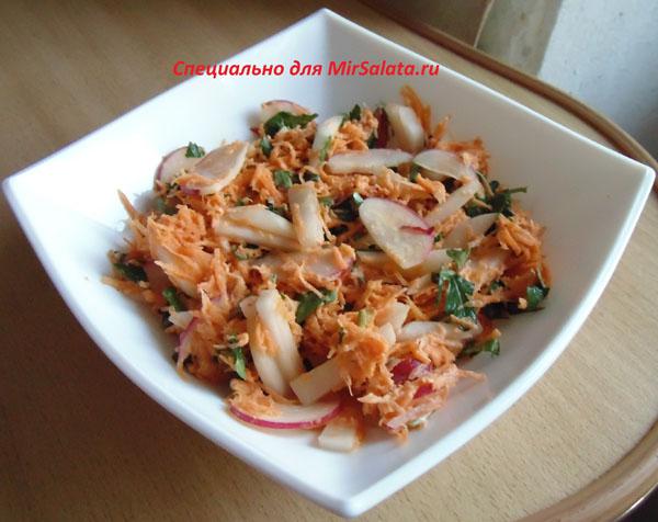 Салат с редькой, маринованным луком и морковью