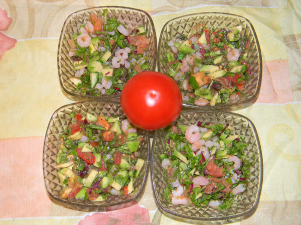 Композиция из салатов с авокадо