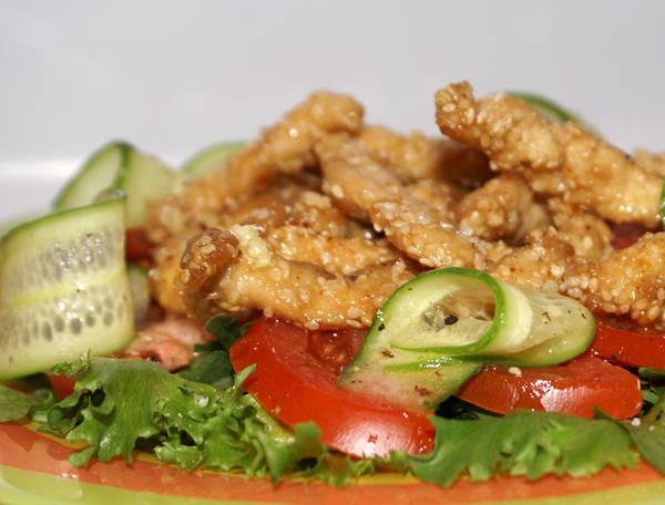салат из курицы в кунжуте