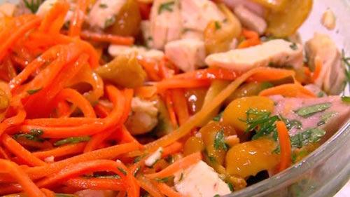 салат с опятами, лисичками и копченостями