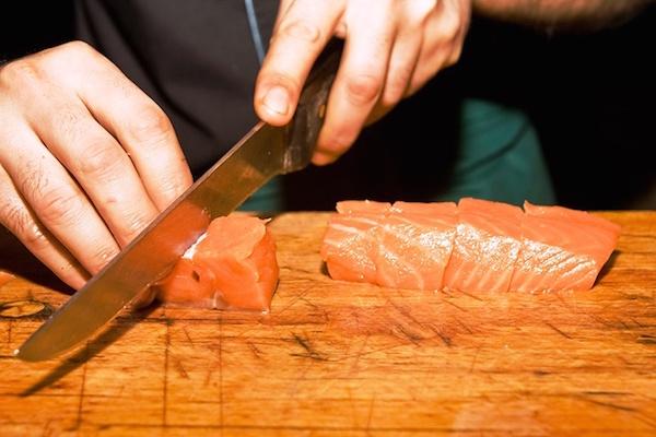 режем рыбу
