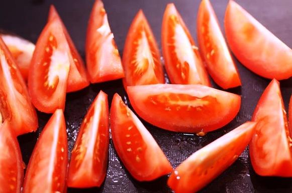 режем помидоры