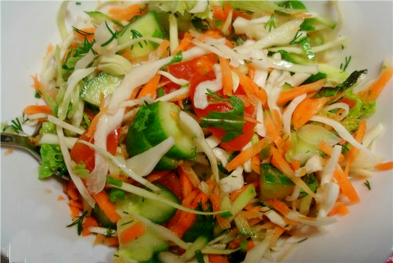 салат с огурцами и капустой с уксусом