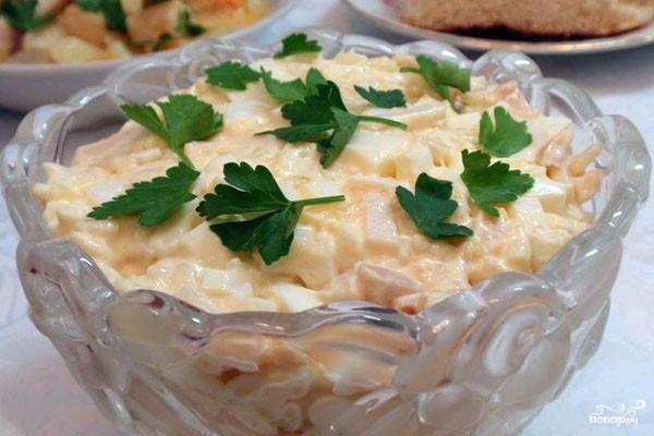Кальмаровый салат с яйцами и петрушкой