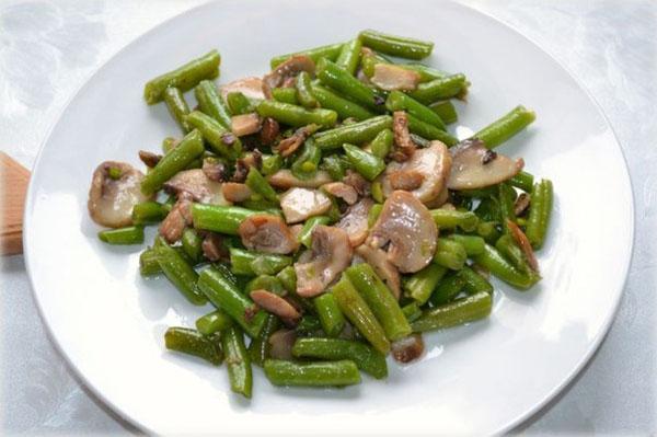 Теплый салат со стручковой фасолью и шампиньонами