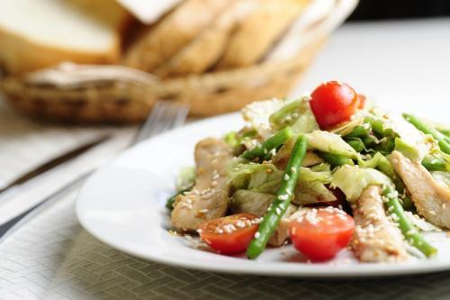 Салат из спаржевой фасоли с копченной сайрой