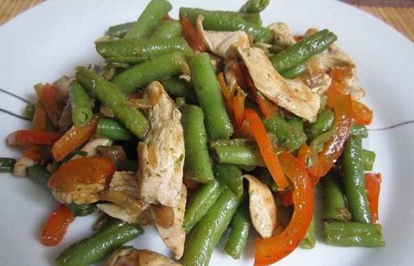 салат с жареной курицей и стручковой фасолью