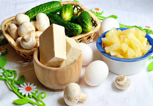 Ингредиенты_салата_из_шампиньонов_с_ананасами_Ingredienty_salata_iz_shampinonov_s_ananasami