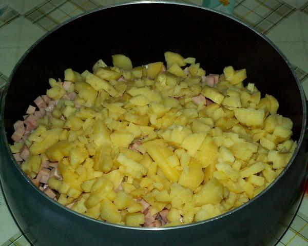 добавляем картофель в салат