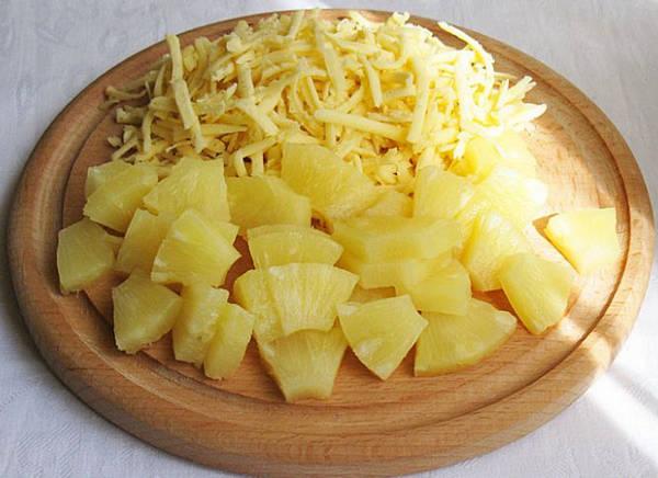 Консервированные ананасы и сыр
