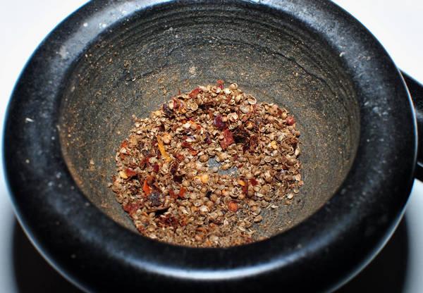 Измельчаем кориандр и черный перец