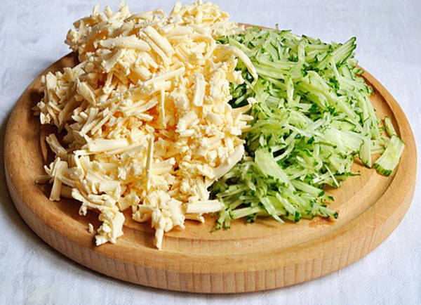 Натертый сыр и огурцы