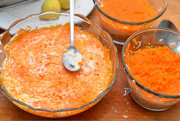 Добавляем морковь и перемазываем майонезом
