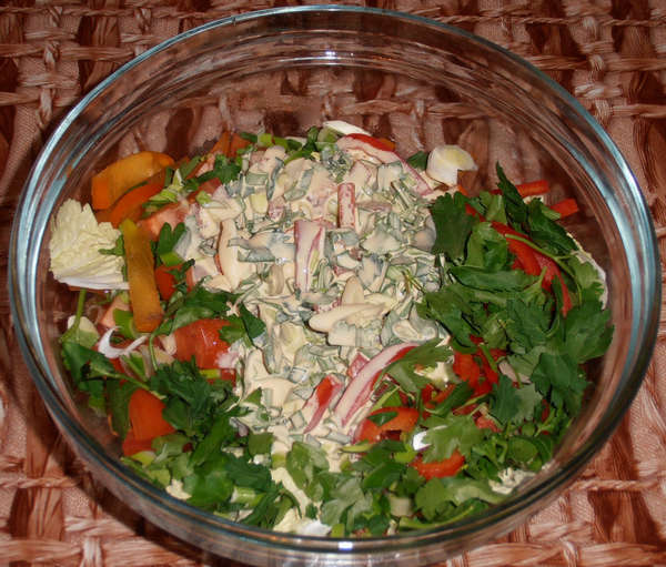 Перемешиваем салат из пекинской капусты