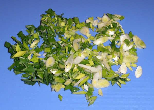 зеленый лук для салата из пекинской капусты