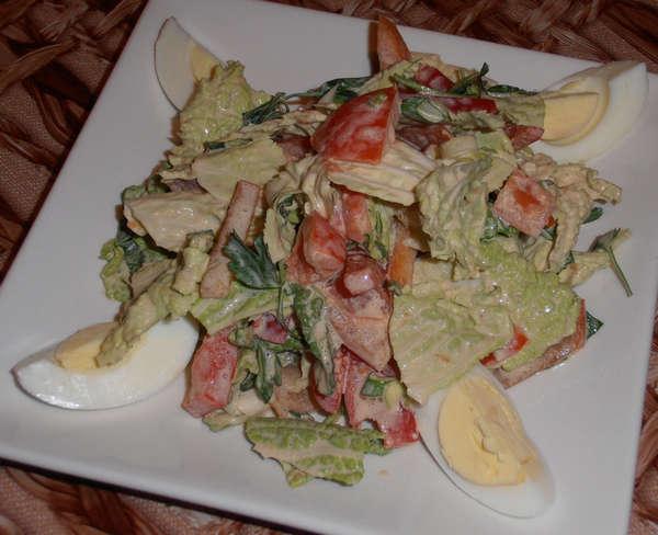 Украшаем салат из пекинской капусты