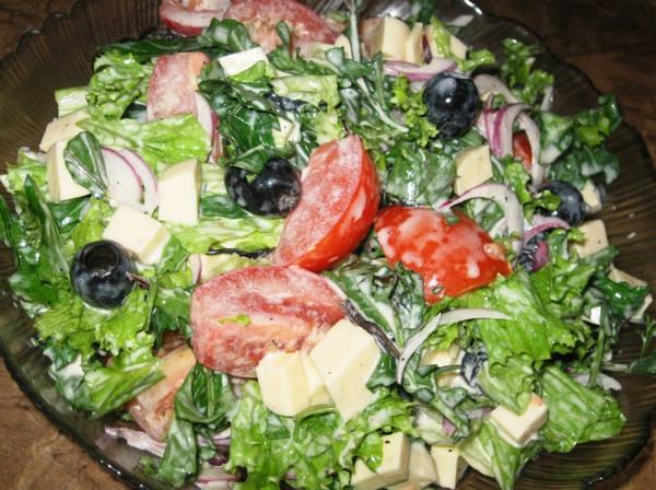 Salat_s_pomidorami_i_suluguni