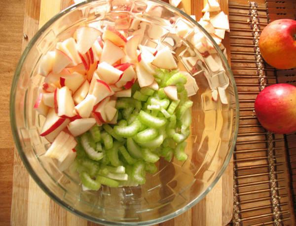 Яблоки и сельдерей в миске