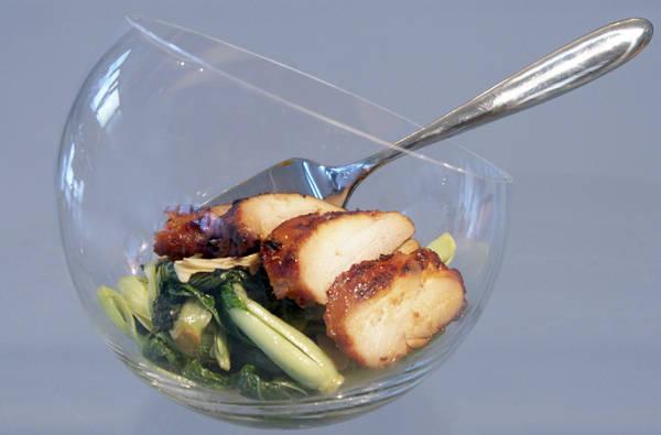 Жареное куриное филе и китайская капуста в салатнице