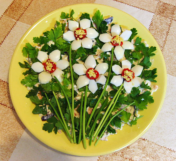 Украшаем салат в виде Ромашки