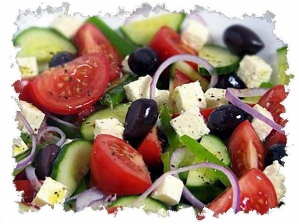 cалат с фетаксой омлетом и овощами