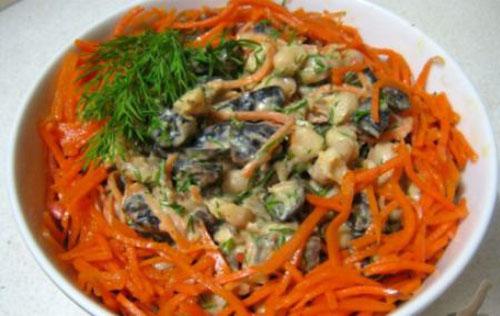 Салат с черносливом, корейской морковью и свежей фасолью
