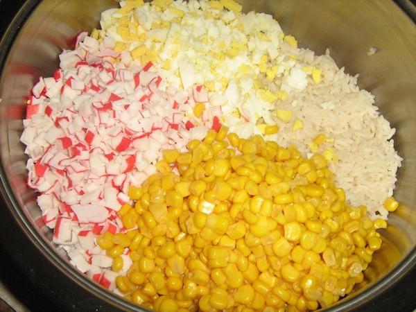 как делать крабовый салат с кукурузой и рисом рецепт