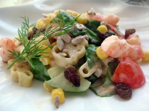 салат с консервированным морским коктейлем и кукурузойрецепт с фото