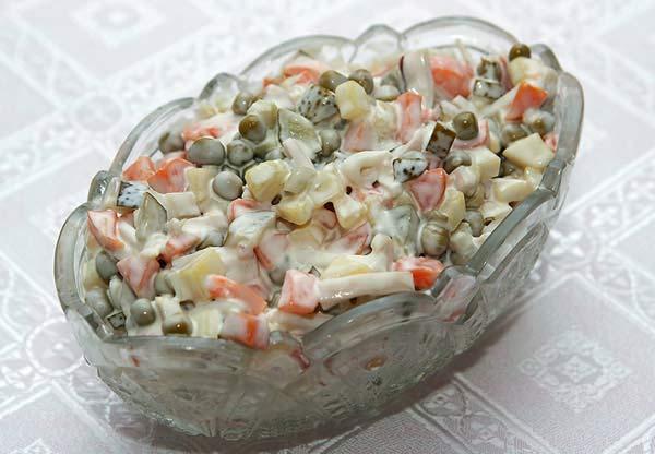 Салат из консервированных кальмаров с мидиями