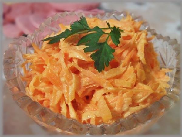 Салат с морковью и сыром и чесноком и кукурузой