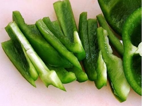 нарезаем зеленый перец