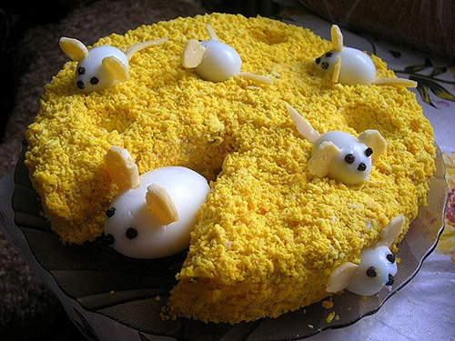 Салат мимоза в виде сыра и мышки