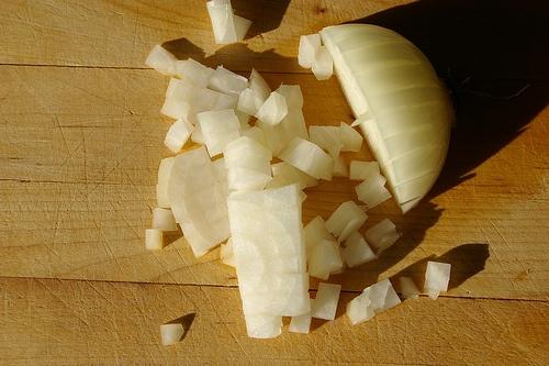 Нарезаем лук кубиками