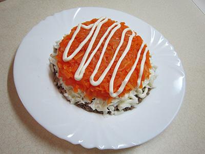 Второй слой салата мимоза с сайрой