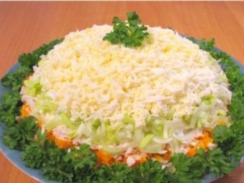 салат и сыр сулугуни