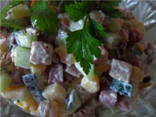 Салаты с колбасой и сухариками