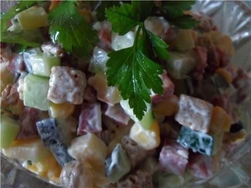 Салат с кириешками и колбасой и огурцами рецепт
