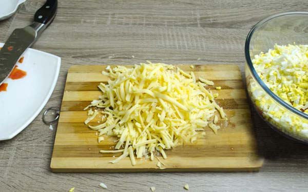 Натираем сыр теркой