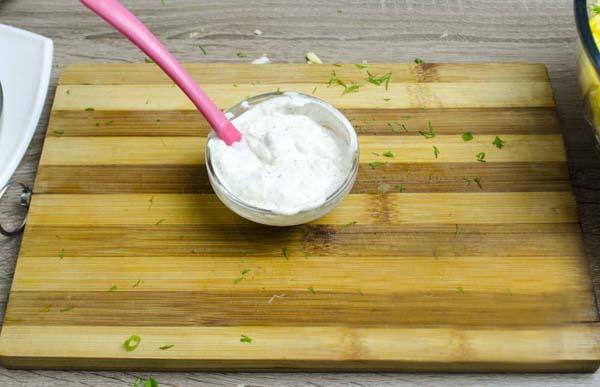 Готовим соус для крабового салата