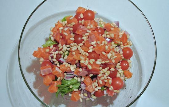 салат с орешками и рыбой