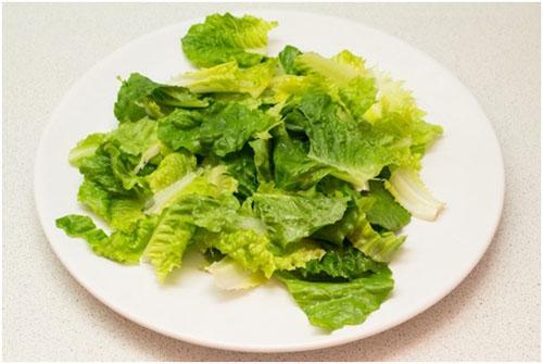 Шаг 2: Рвем мытые листья салата