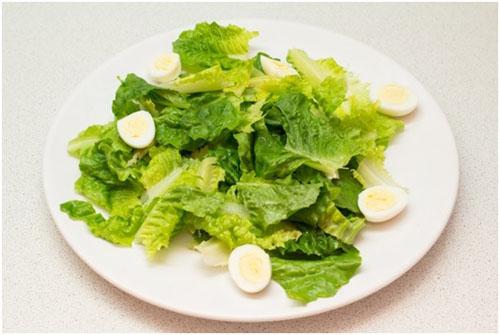 Шаг 3: Выкладываем отваренные и очищенные перепелиные яйца