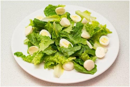 Шаг 4: Режем сыр моцарелла и кладем в салат