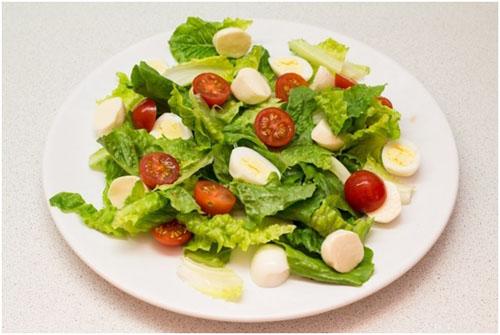Шаг 5: Выкладываем разрезанные на пополам помидоры черри