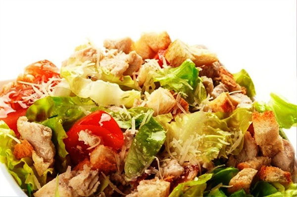 перемешиваем салат с курицей и сухариками