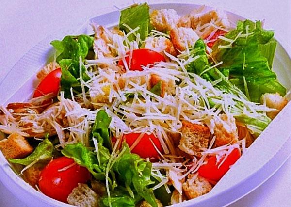 подаем салат с сухариками на стол
