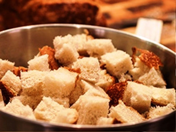 режем хлеб для салата с сухариками